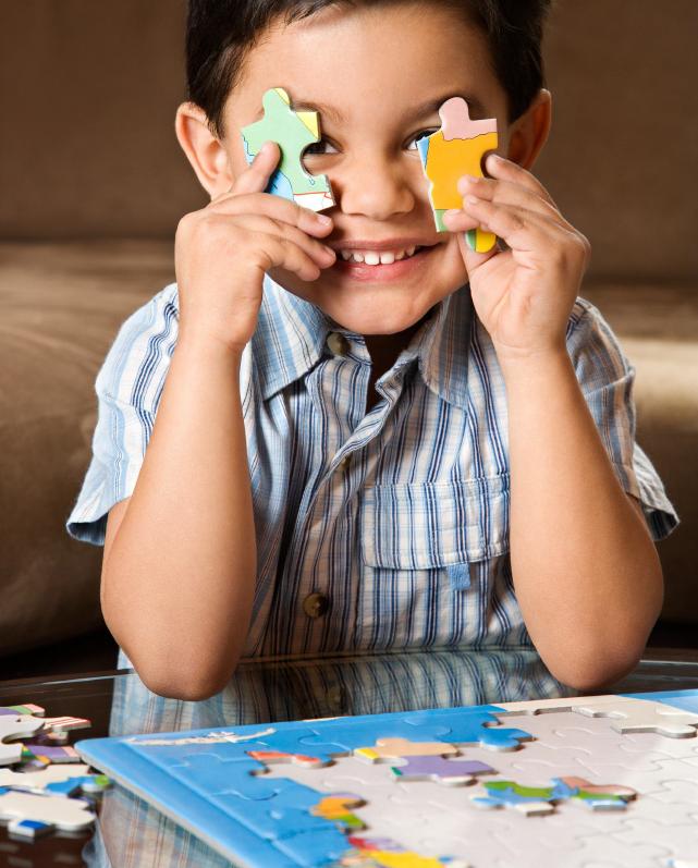 Criança jogando Quebra-Cabeça